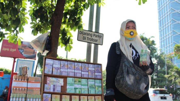 Merajut Asa dan Pahala, Penyedia Jasa Tukar Uang Baru Dadakan di Surabaya Tetap Semangat Berpuasa