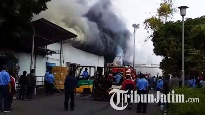 BREAKING NEWS - Terjadi Kebakaran di PT Mertex Mojokerto, Karyawan Pabrik Berhamburan Keluar