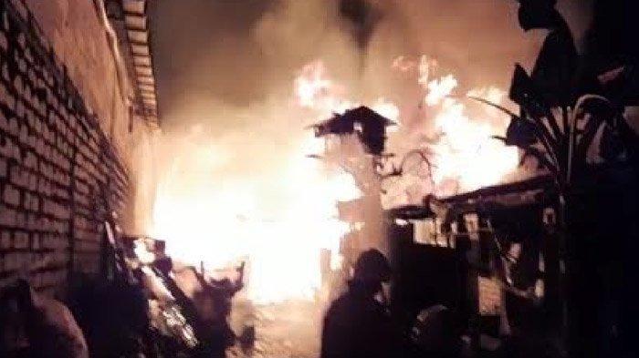 Gudang Mebel di Manukan Kulon Surabaya Terbakar, Dua Rumah Ikut Terdampak
