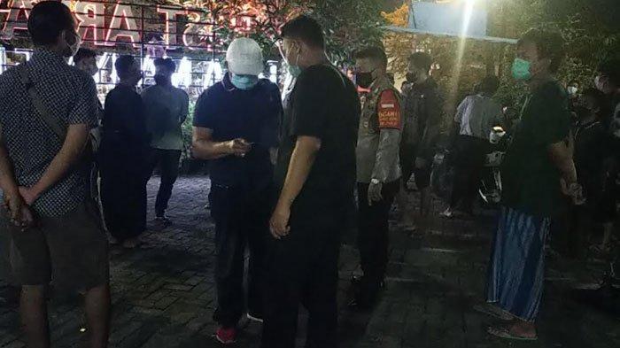 PPKM Darurat di Gresik, Ramai Anak Muda Ngopi dengan Lampu Dimatikan, Petugas Beri Hukuman Push Up