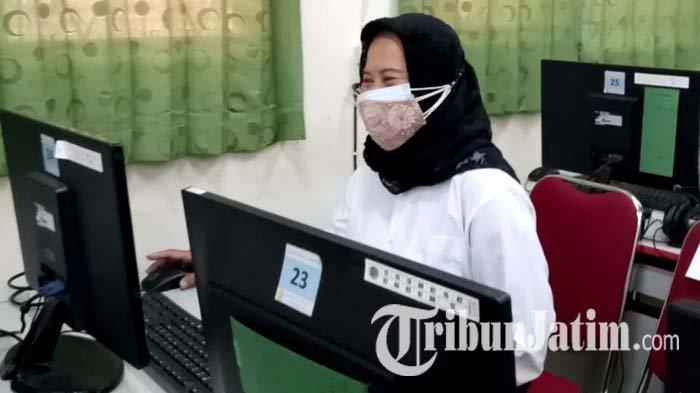 Pujiati Tetap Semangat Ikut Ujian PPPK Guru di Tulungagung, Meski Kurang Tujuh Tahun Pensiun