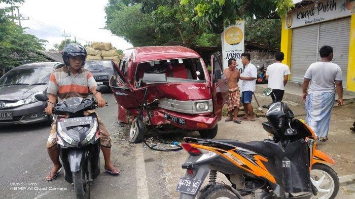 Tiga Mobil Terlibat Kecelakaan Beruntun di Jalan Raya Pamekasan - Sumenep, Satu Kaki Sopir Terjepit