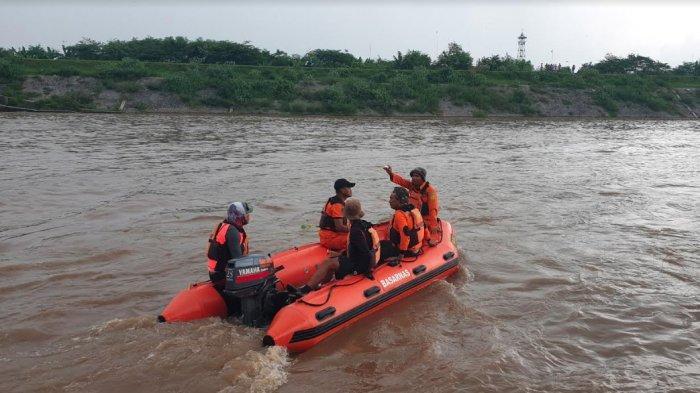 Perahu Terbalik di Sungai Brantas, 4 Orang Hilang, Pencarian Korban Terkendala Pusaran Arus Deras