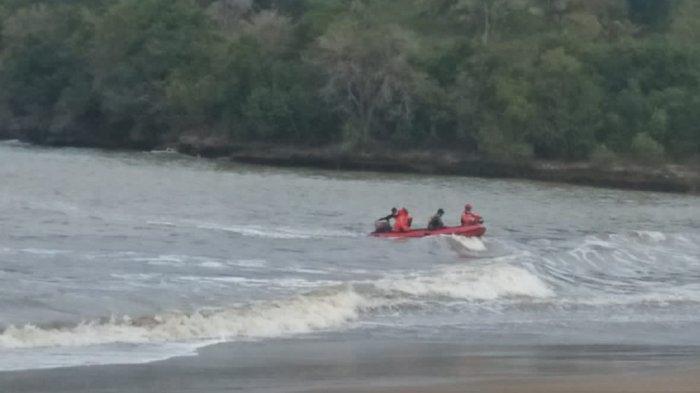 Basarnas Mencari Warga Tulungagung yang Hilang Saat Memancing di Pantai Brumbun