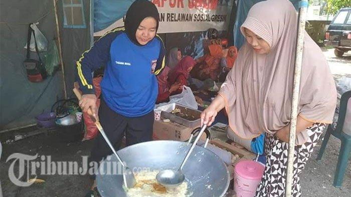 Banjir Kali Lamong, Tim Tagana Dinsos Kab Gresik Sediakan Nasi Bungkus untuk Korban Banjir