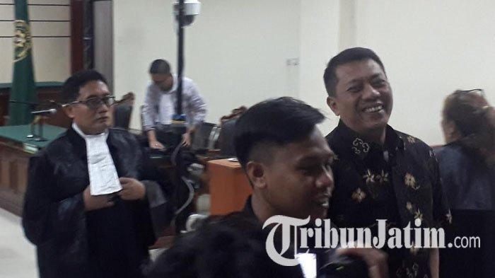 Jaksa Tuntut Pidana 7 Tahun Bui Kasus Dana Insentif, Eks Sekkab Gresik Tebar Senyum Seusai Sidang