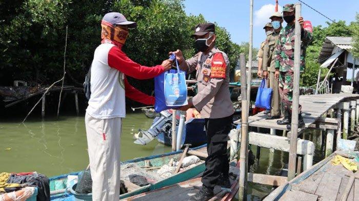 Salurkan Baksos PPKM Darurat di atas Sungai, TNI-Polri Datangi Perahu Para Nelayan di Gresik