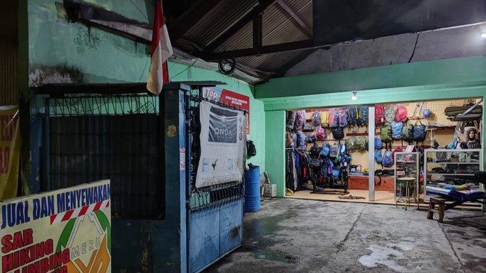 Terseok Dihantam Pandemi, Toko Alat Gunung di Surabaya Kibarkan Bendera Merah Putih Simbol Semangat