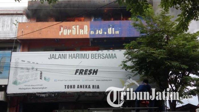 BREAKING NEWS - Toko Aneka Ria di Pasar Wage Tulungagung Terbakar Hebat
