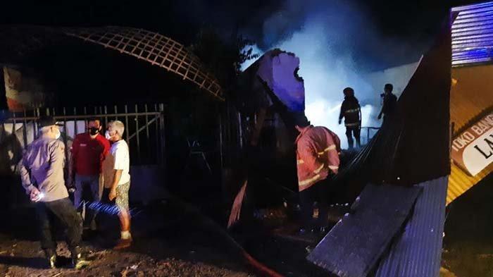 Korsleting Listrik, Toko Bangunan di Kediri Dilalap Api, Terdengar Suara Ledakan Jadi Awal Kebakaran