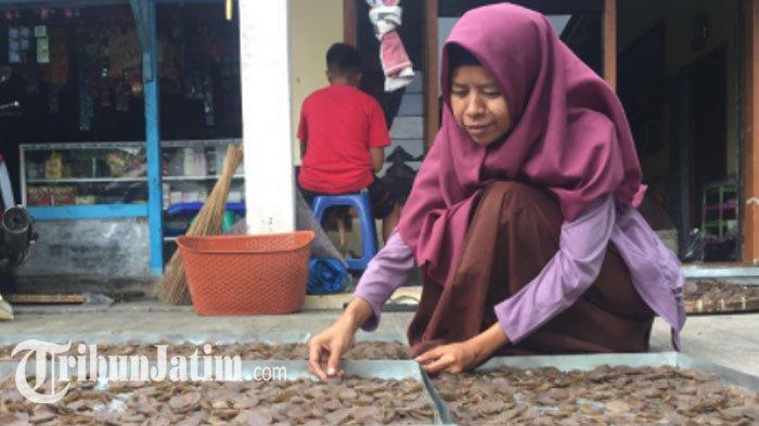 Mengolah Kulit Pisang Jadi Kerupuk, Perempuan Asal Lumajang Kewalahan Layani Orderan Anak Jokowi