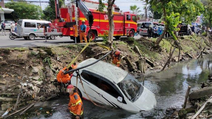 Mobil Agya Nyungsep di Sungai Jemursari, Pengemudi Kendarai Mobil Sambil Main Handphone