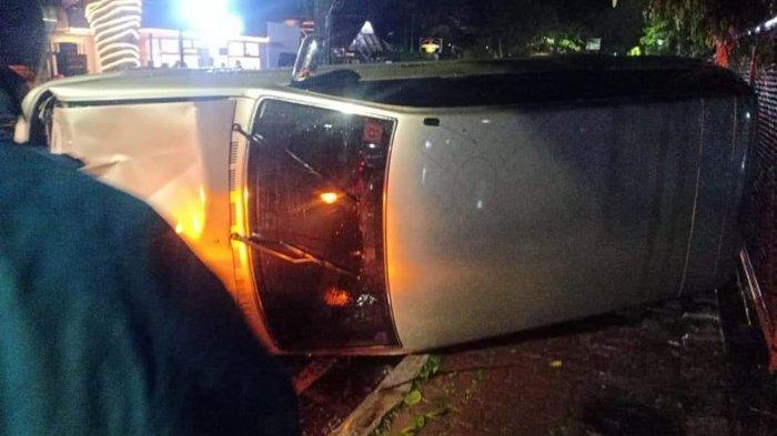 Alami Selip Saat Berkendara, Mobil Kijang Kapsul di Malang Hantam Sepeda Motor Hingga Terguling