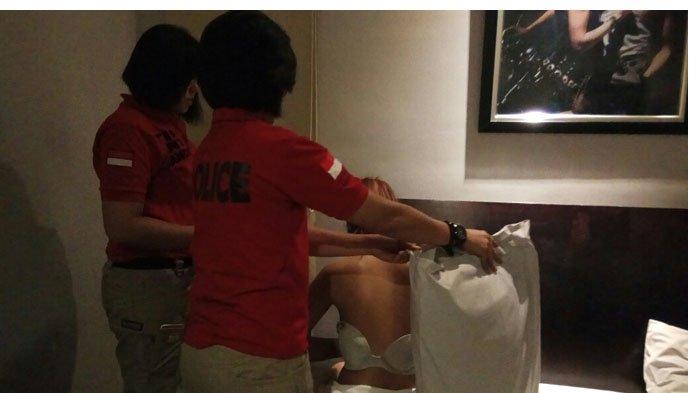 Cewek Cantik Berambut Pirang Digerebek Saat Bercinta di Hotel, Malu Malah Sembunyi di Balik Bantal