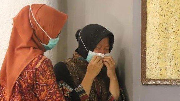 VIDEO Wali Kota Surabaya Risma Sujud Menangis di Kaki Dokter, Kronologi hingga Respon Sang Dokter