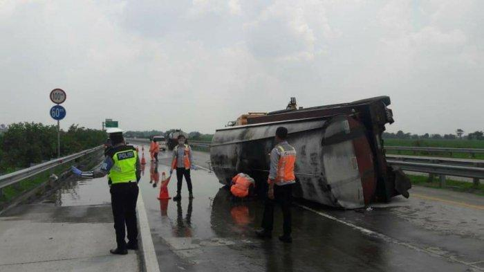 Truk Tangki Gandeng Tabrak Pembatas Jalan & Terguling di Tol Jombang-Mojokerto, 2 Penumpang Luka
