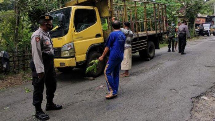 Truk Angkut 1.500 Ayam Terguling di Trenggalek, Sopir Kewalahan Saat Melintasi Jalan Ekstrem