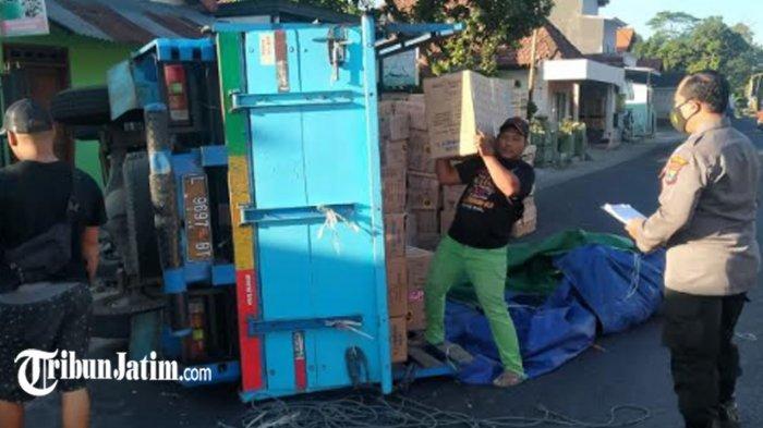 Hindari Kucing Menyebrang Jalan, Truk Bawa Perabotan Lemari Plastik Terguling di Desa Menang Kediri