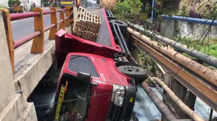 Hindari Minibus, Truk di GresikTerjun ke Sungai Tersangkut Pipa di Jembatan