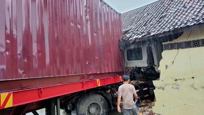 Sopir Tak Konsentrasi, Truk Trailer di Tuban Hantam Pagar Masjid, Traffic Light Hingga Rumah Warga