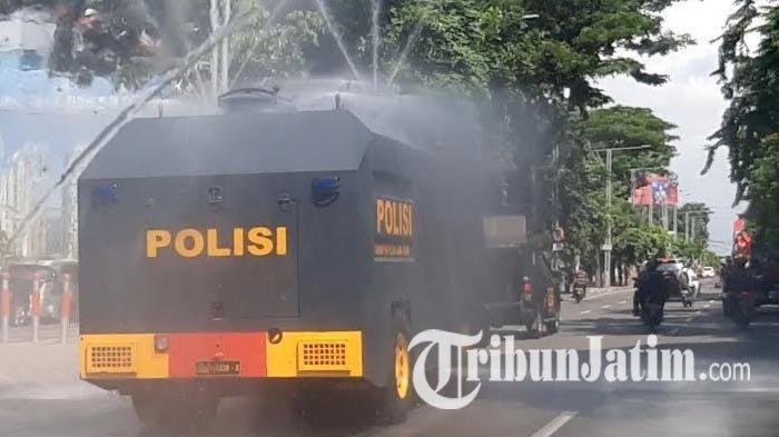 6 Ribu Liter Disinfektan Hujani 3 Ruas Jalan di Surabaya, 3 Truk Water Cannon Polda Jatim Dikerahkan
