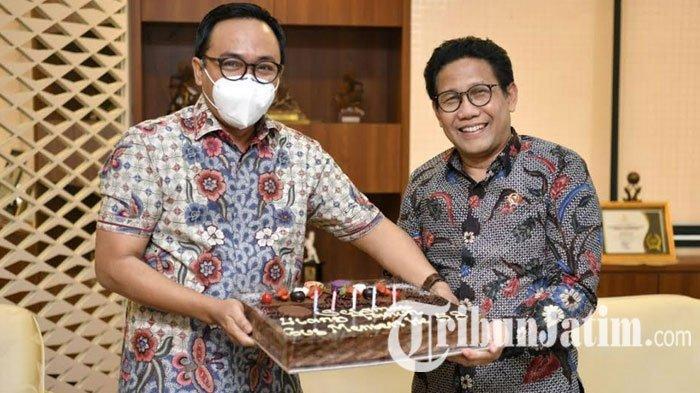 Mendes PDTT Abdul Halim Iskandar Ulang Tahun ke-58, Bupati Baddrut Tamam Beri Kejutan Kue Cokelat