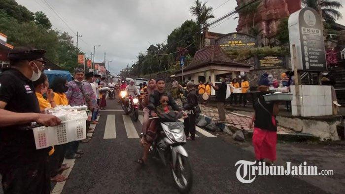 Umat Hindu Bagi-Bagi Takjil kepada Muslim di Lumajang