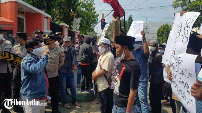 BREAKING NEWS - Warga Desa Payudan Daleman Sumenep Demo Bacalon Kades, 'Stop Tipu-tipu'