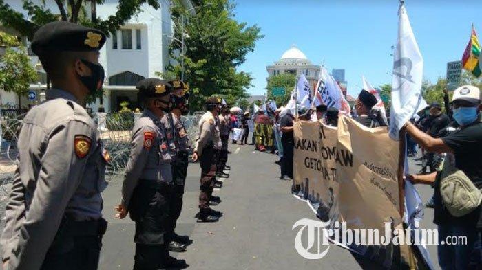 Ratusan Massa GerudukKantor Gubernur Jatim, PeringatiHari Tani Nasional: Selamatkan Tanah Rakyat