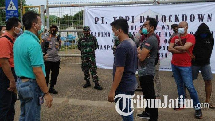 Warga Segel Akses Masuk PT TPPI Tuban, Sebut Perusahaan Tak Transparan Soal Pekerja Positif Covid-19