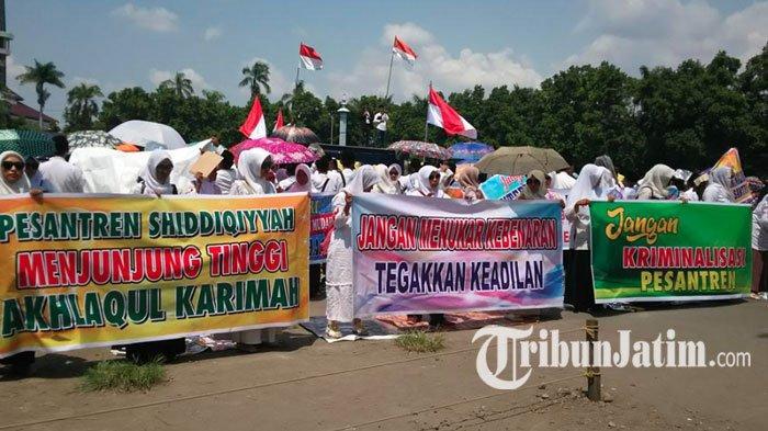 Tuduh Bupati Jombang Intervensi Dugaan Asusila Putra Kiai, 800 Warga Shiddiqiyyah Demo di Alun-alun