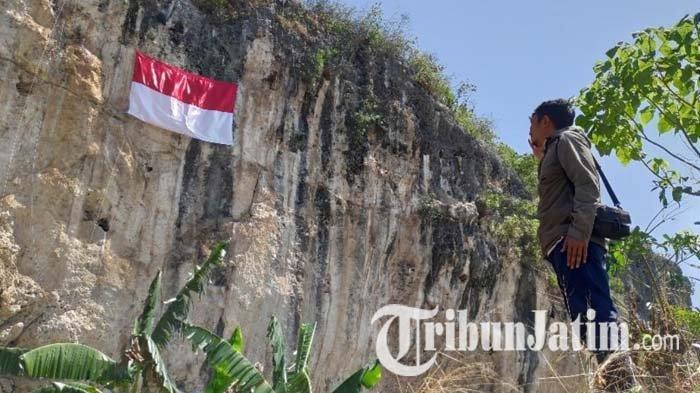 Komunitas Pecinta Alam Tuban Kibarkan Bendera Merah Putih di Atas Ketinggian 40 Meter
