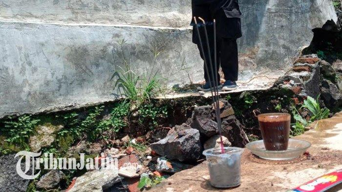 Keluarga Bocah Hilang di Malang Tancap Dupa & Kopi di Saluran Sungai Bodo, Sudah 4 Hari Belum Ketemu