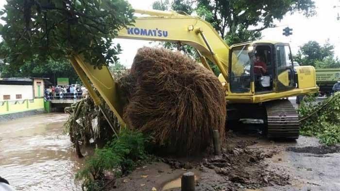 Hujan Mulai Mengguyur, BPBD Nganjuk Imbau Warga Bersihkan Saluran Air dari Sampah, Antisipasi Banjir