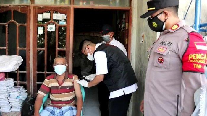 Vaksinasi Covid-19 Door to Door di Gresik Datangi Lansia yang Berada di Desa