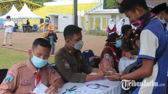 Ribuan Warga Serbu Stadion Canda Bhirawa Pare Kediri untuk Mengikuti Vaksinasi Covid-19
