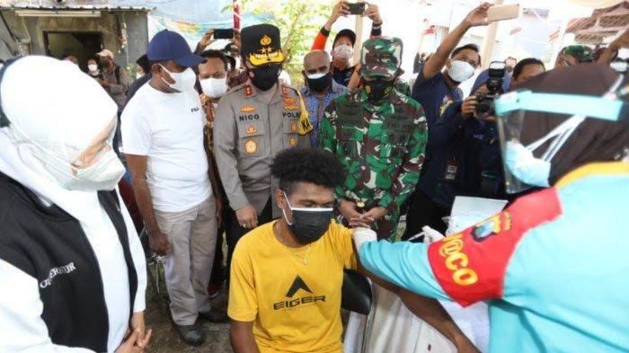 Gubernur Khofifah Genjot Vaksinasi Door to Door ke Komunitas Warga Papua di Jatim