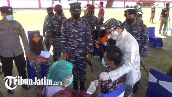 Pantau Serbuan 30 Ribu Dosis Vaksin Covid-19 di Trenggalek, Pangkoarmada II TNI AL Merasa Terharu
