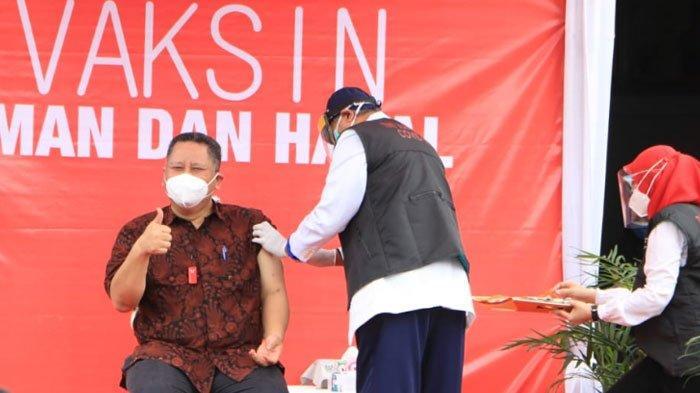 Vaksinasi virus Corona ( Covid-19 ) di halaman Balai Kota Surabaya, Jumat (15/1/2021).