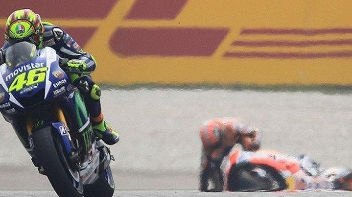 Insiden Valentino Rossi menendang motor Marc Marquez saat MotoGP Malaysia 2015.