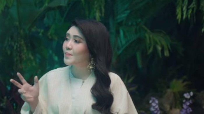Via Vallen dalam video klip Kita Bisa, OST Raya and The Last Dragon.