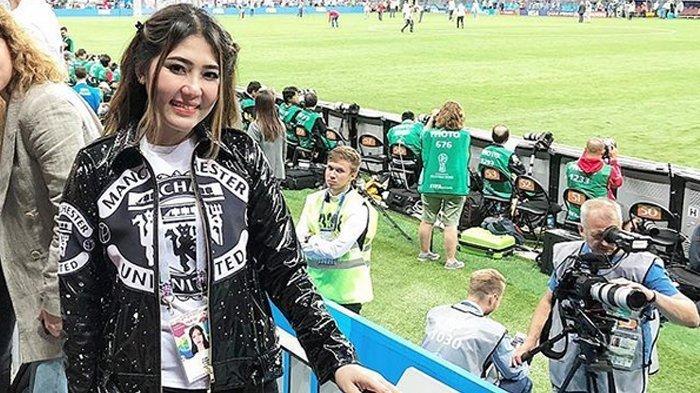 Ditemani Pria Spesial Dalam Hidupnya, Via Vallen Nonton Final Piala Dunia di Rusia Pakai Jersey MU