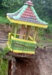 Detik-detik Bangunan Tempat Kentongan di Kediri Longsor Diterjang Banjir Viral di Medsos