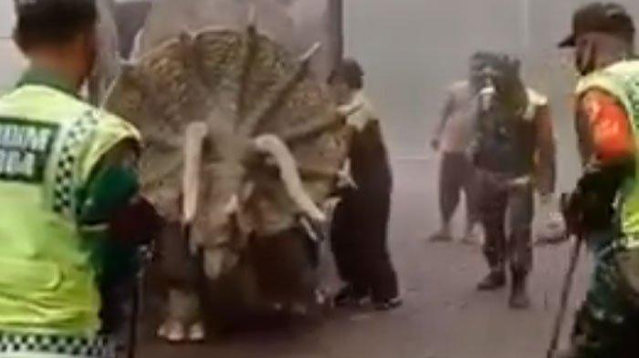 VIRAL Video Hewan Purba Triceratops Diturunkan dari Truk di Mojosemi, Begini Fakta di Baliknya