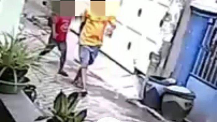 Diduga Ajak Anak Kecil, Seorang Pelaku Curanmor Gasak Motor Emak-emak di Surabaya, Terekam CCTV