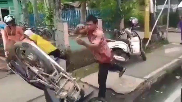 VIRAL Video Pria Ngamuk-ngamuk sampai Banting Motor Tak Terima Ditilang Polisi: Jangan Pegang-pegang