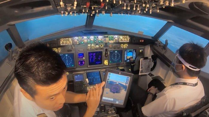 Vincent Raditya saat menjabarkan kemungkinan pesawat di sabotase