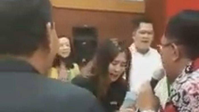 Viral Video Wali Kota Blitar Santoso Sedang Bernyanyi Sambil Bagi Uang, Simak Pengakuannya