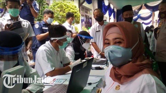 Wabup Lamongan Kartika Hidayati antre pemeriksaan sebelum divaksin, Rabu (27/1/2021).