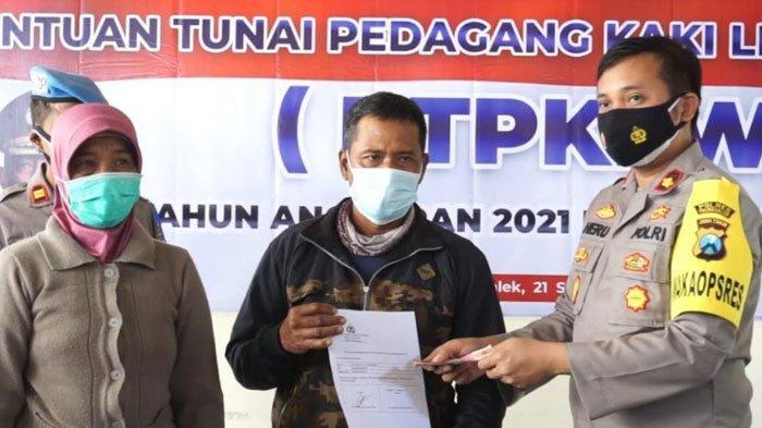 Puluhan PKL dan Pemilik Warung di Trenggalek Terima Bantuan Rp 1,2 Juta dari Kepolisian